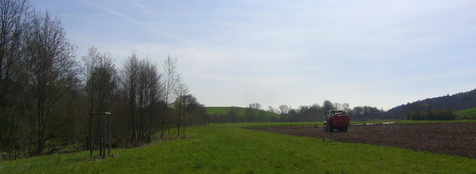 Traktor auf dem Acker landwirtschaft.JPG