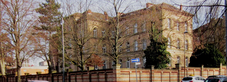 Gebäude Hindenburgstr. 20/1, davor stehen Bäume Gesundheitsamt.jpg