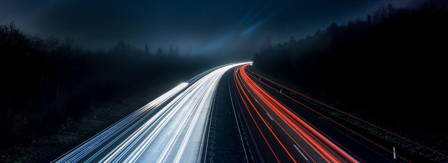 Lichtspuren in der Nacht auf der Autobahn Autobahn.jpg