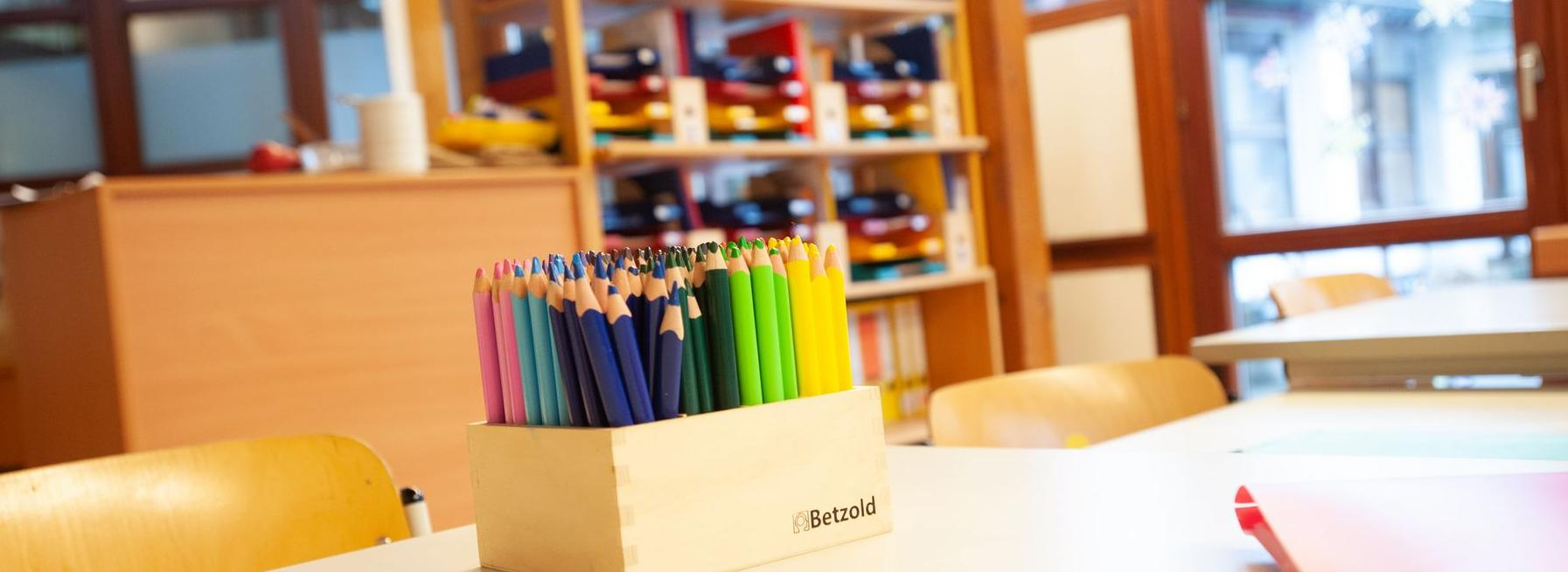 Schultisch mit Box mit Buntstiften 20190110_Schule_am_Favoritepark_267.jpg