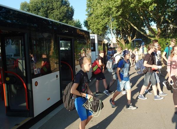 aus Bus aussteigende Schüler