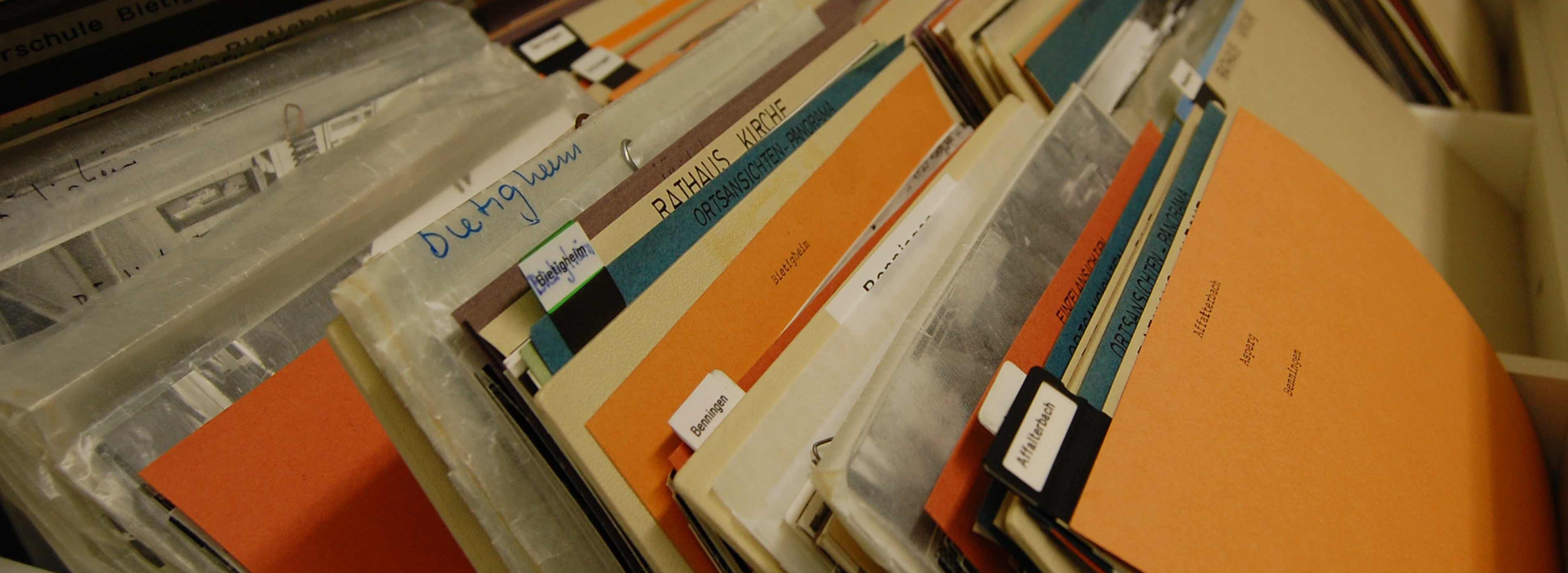 Schublade eines Archivschrankes mit Akten archiv_01.jpg