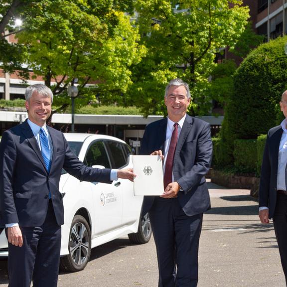 Staatsekretär Steffen Bilger, Landrat Dietmar Allgaier und Dr. Walter Rogg, Geschäftsführer der Wirtschaftsförderung Region Stuttgart (von links), freuen sich über die großzügige Bundesförderung der E-Mobilität im Landkreis Ludwigsburg.