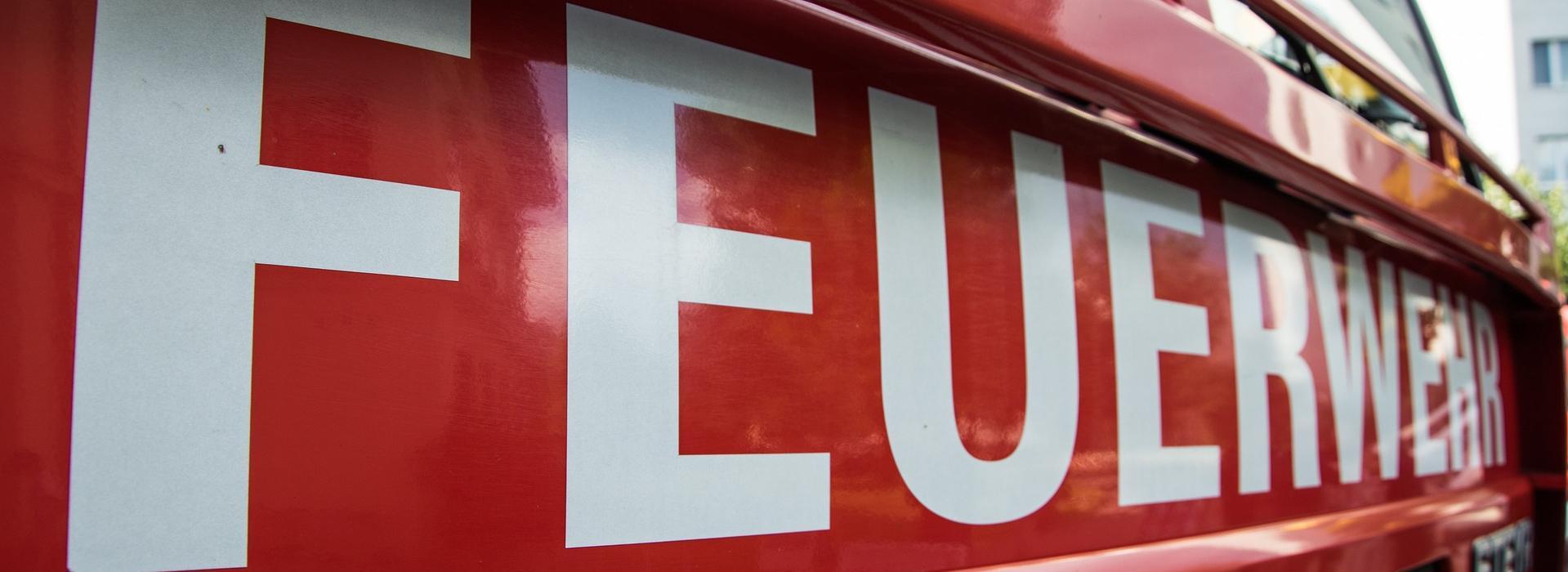 Schriftzug Feuerwehr auf der Frontseite eines Feuerwehrautos Feuerwehr.jpg