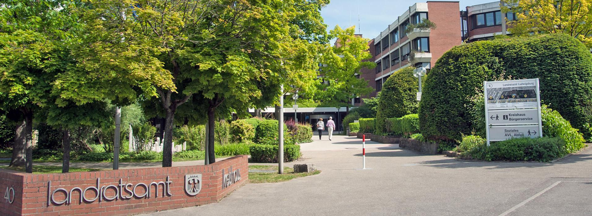 Eingang zum Kreishaus mit Bäumen und Büschen davor header-landratsamt-eingang.jpg
