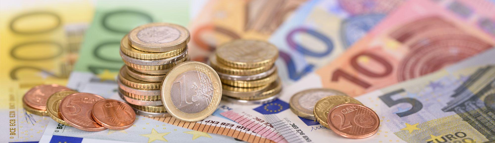 Panorama von Euro Banknoten und Münzen Geld.jpeg